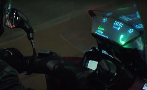 Samsung presenta lo smartphone sul parabrezza della moto e Nike fa le scarpe di Ritorno al Futuro