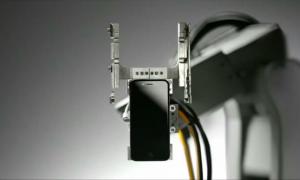 Apple presenta Liam, un robot che smonta i vecchi iPhone per tutelare l'ambiente