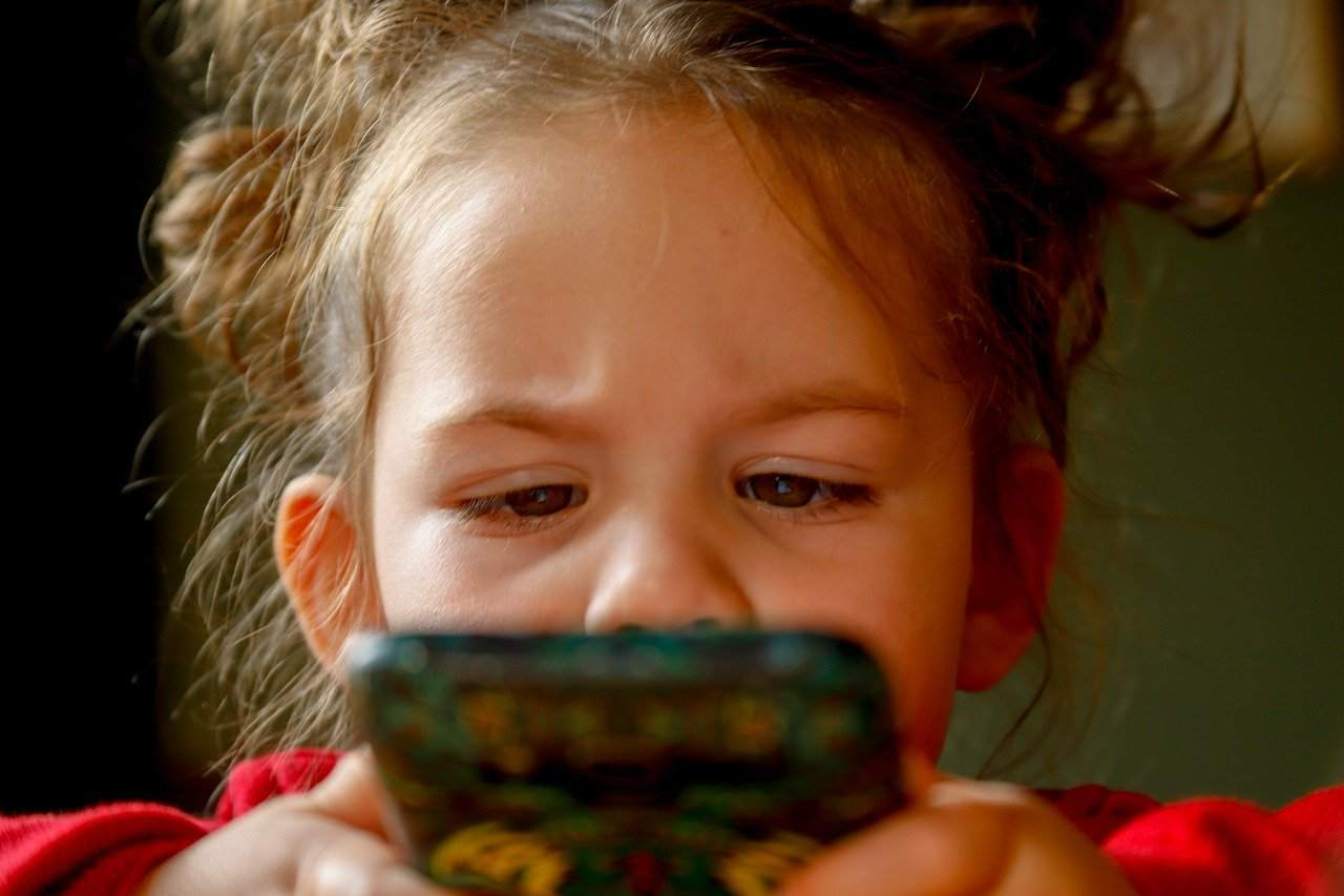 bambini e smartphone (unplash)