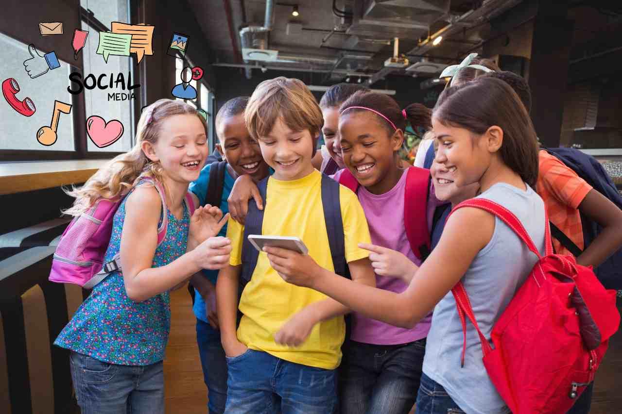 Giovani e social (Adobe Stock)