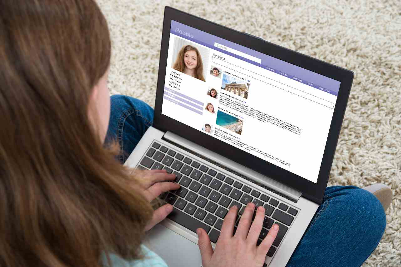 Ragazzi sui social (Adobe Stock)