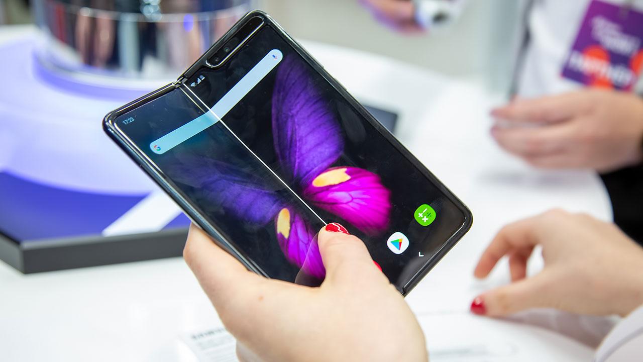 smartphone con fotocamera sotto al display Samsung