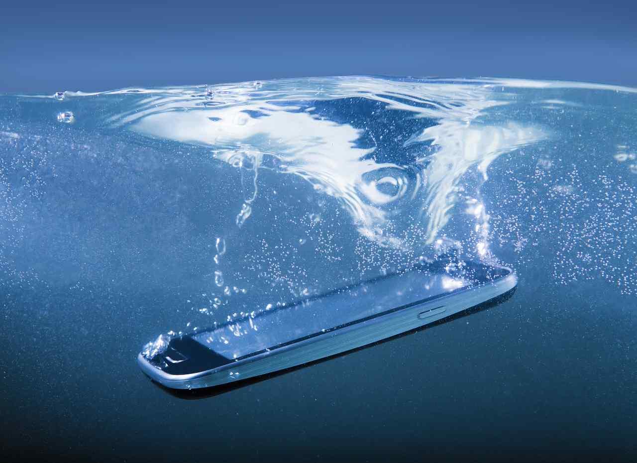 Esperimento social su Galaxy S21 (Adobe Stock)