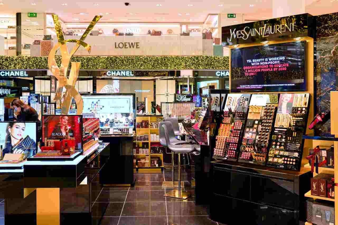Esposizione makeup Chanel (Adobe Stock)
