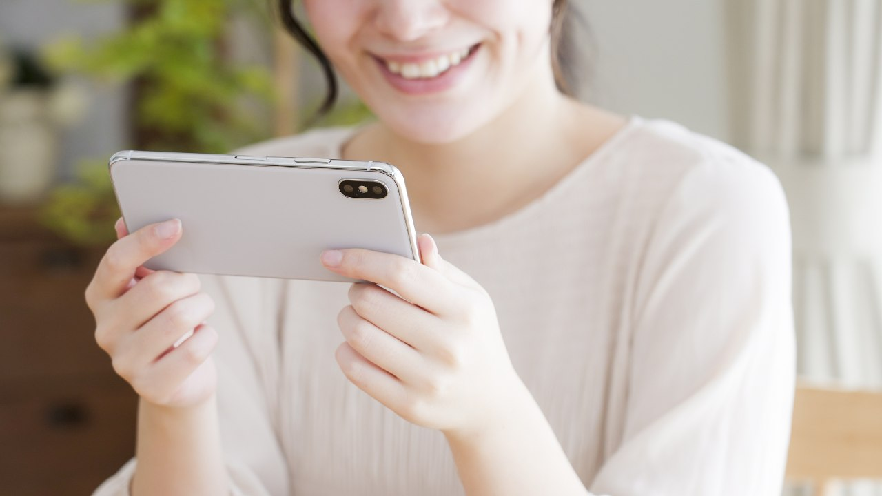 Utente in video call mobile (Adobe Stock)