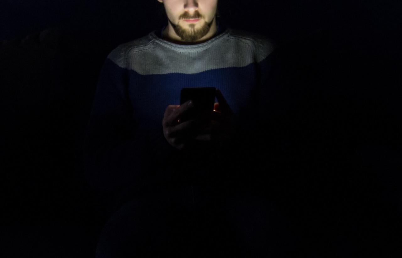 Dipendenza da smartphone Usare lo smartphone fino a tardi