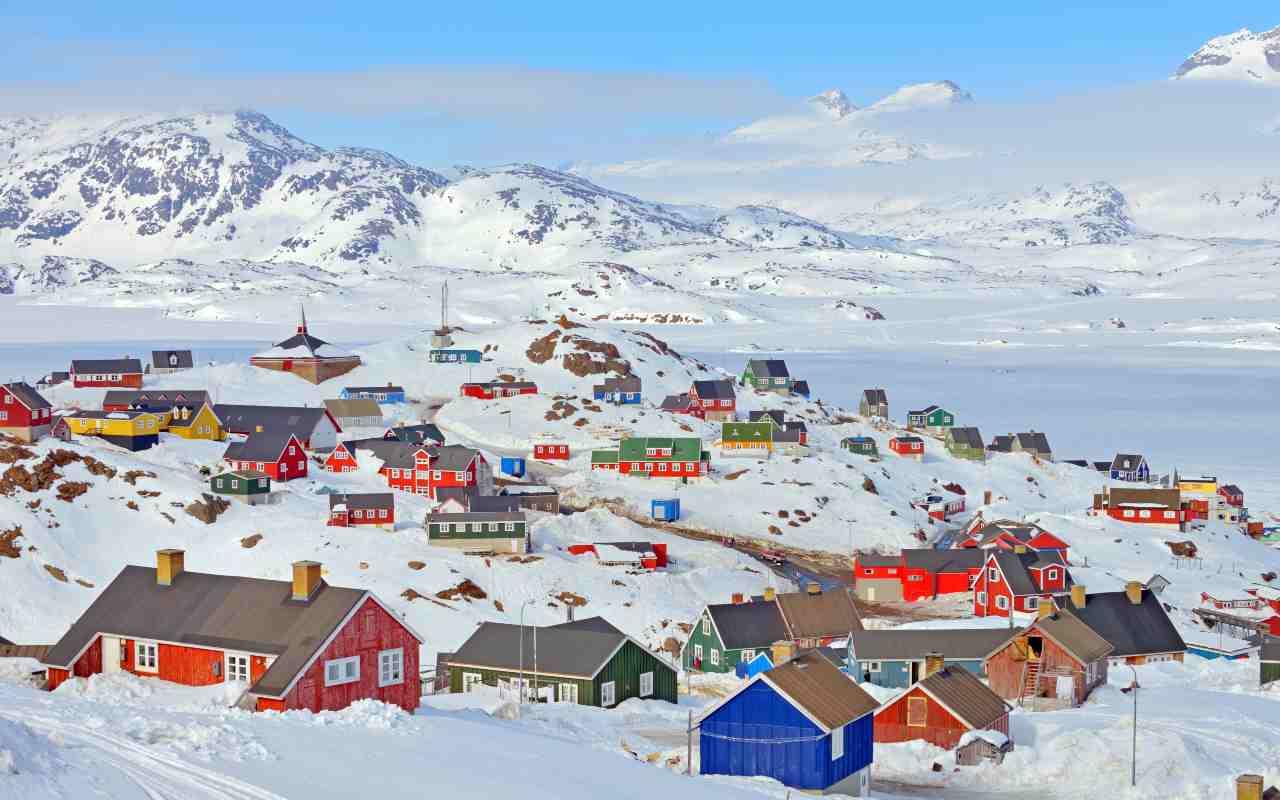 Villaggio colorato in Groenlandia (Adobe Stock)