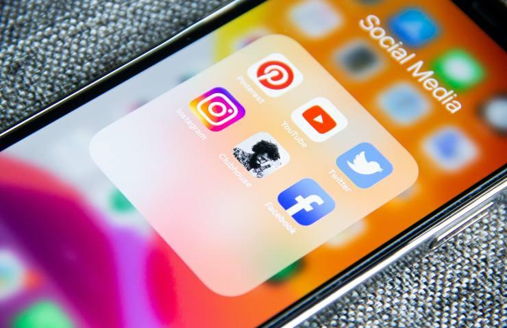 Italia digitale, Passiamo tantissimo tempo sui social
