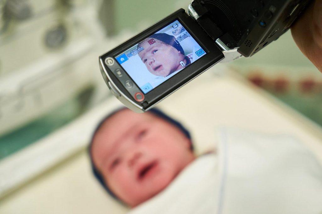 Neonato con telecamera