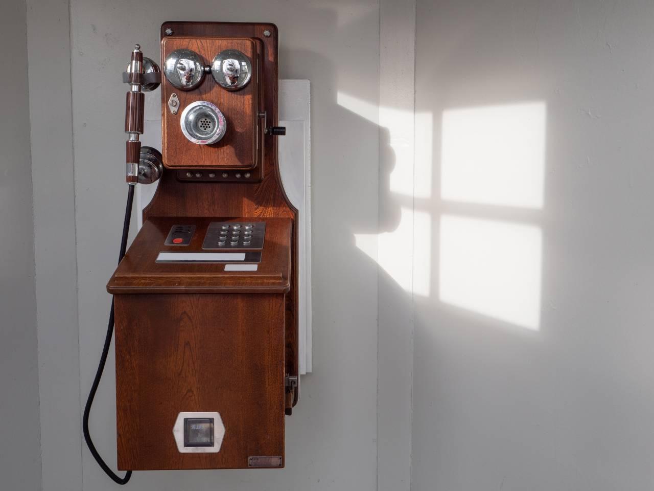 Vecchio telefono a gettoni (Adobe Stock)
