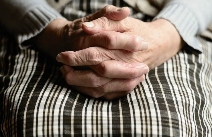 150 anni old people hands Gl istudi sull'invecchiamento indicano i 150 anni come traguardo massimo (pixabay.com) I