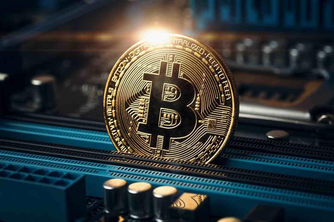 Bitcoin, criptovaluta in caduta libera(Adobe Stock)