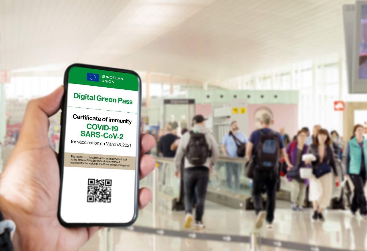 Green Pass, l'EuroParlamento dice sì (Adobe Stock)