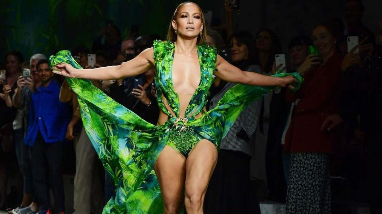 Jennifer Lopez chiude la sfilata di Versace, Milano, 20 settembre 2019 (ANSA)