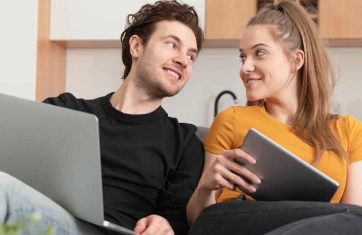 air bnb coppia naviga su internet (adobe stock)