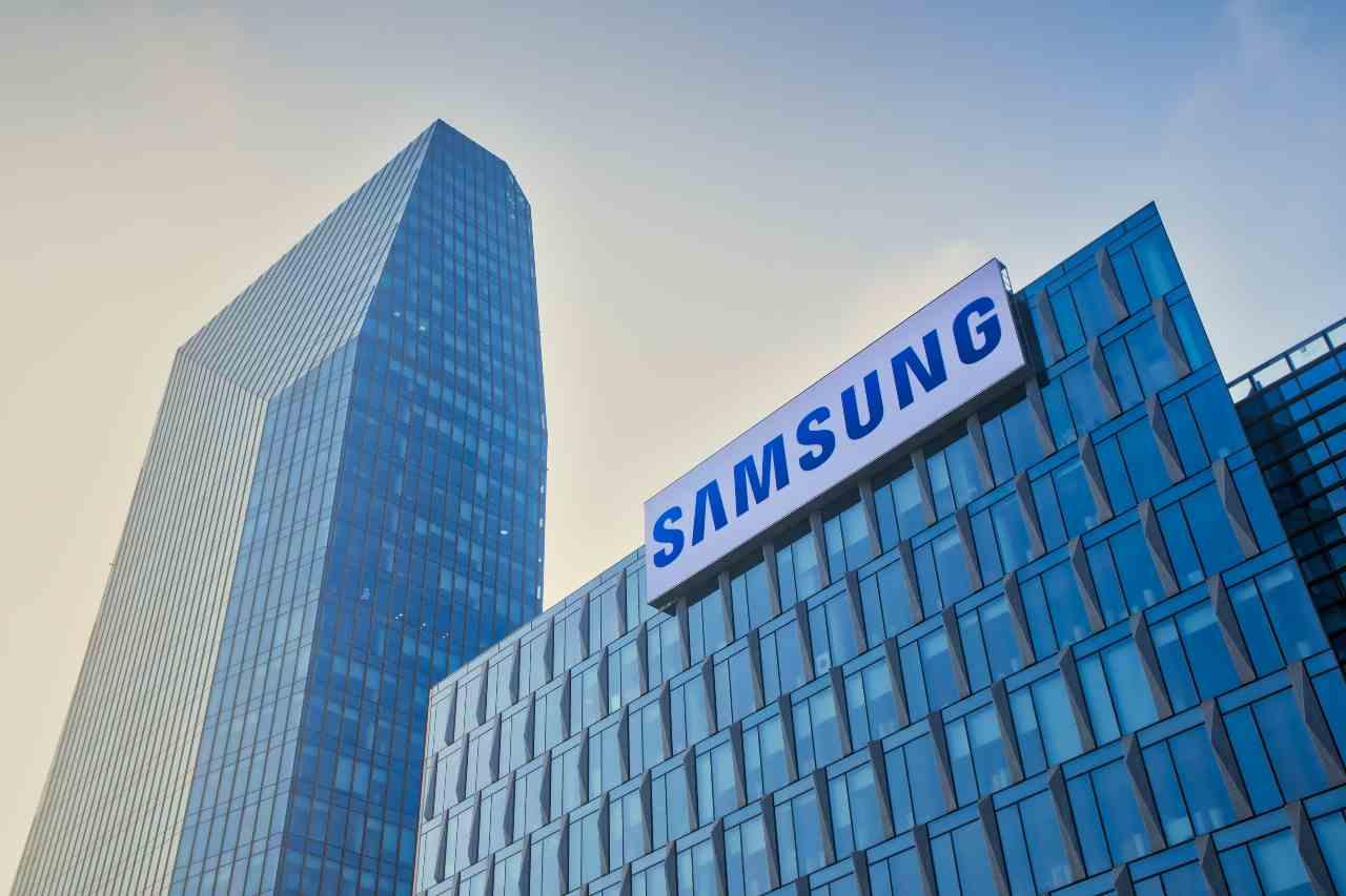 Samsung, per la prima volta una fotocamera sotto il display (Adobe Stock)