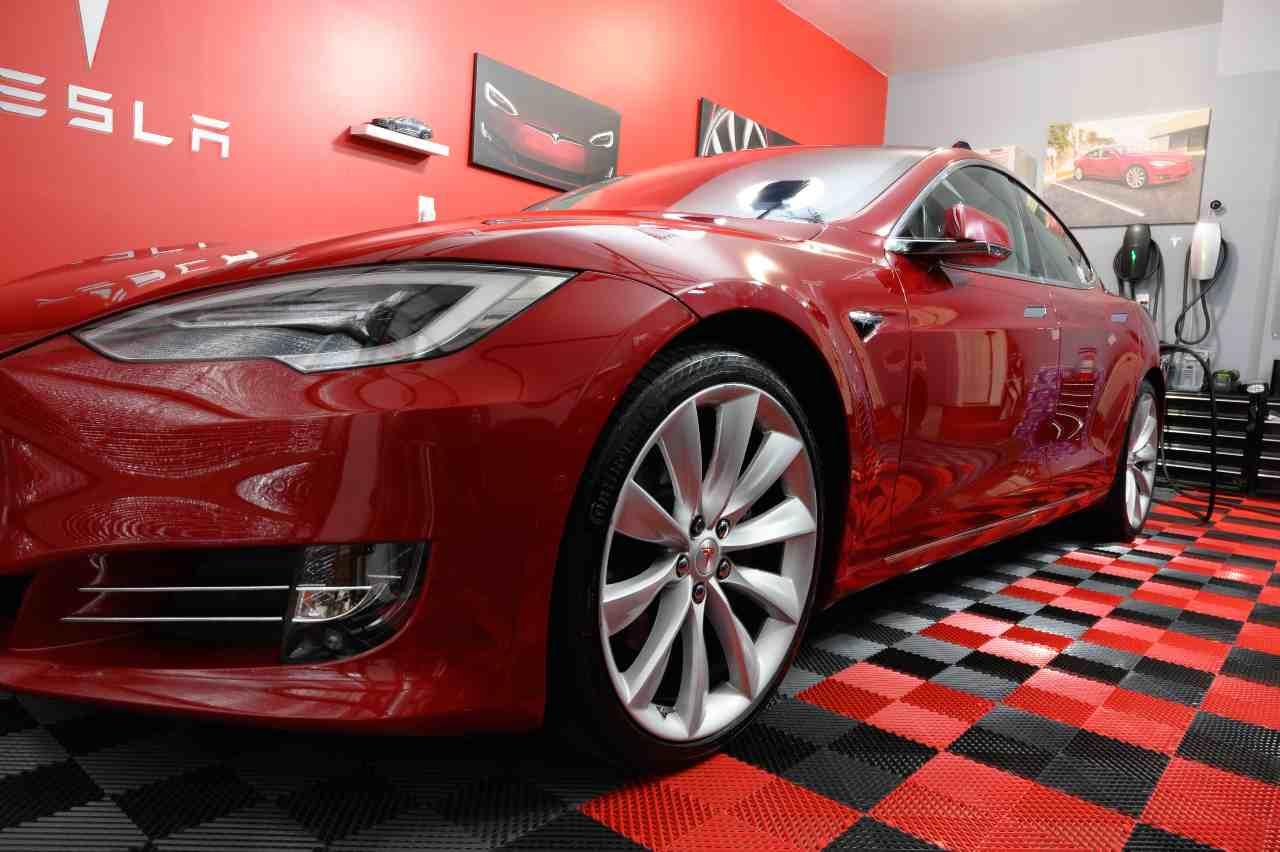 Tesla S (Adobe Stock)