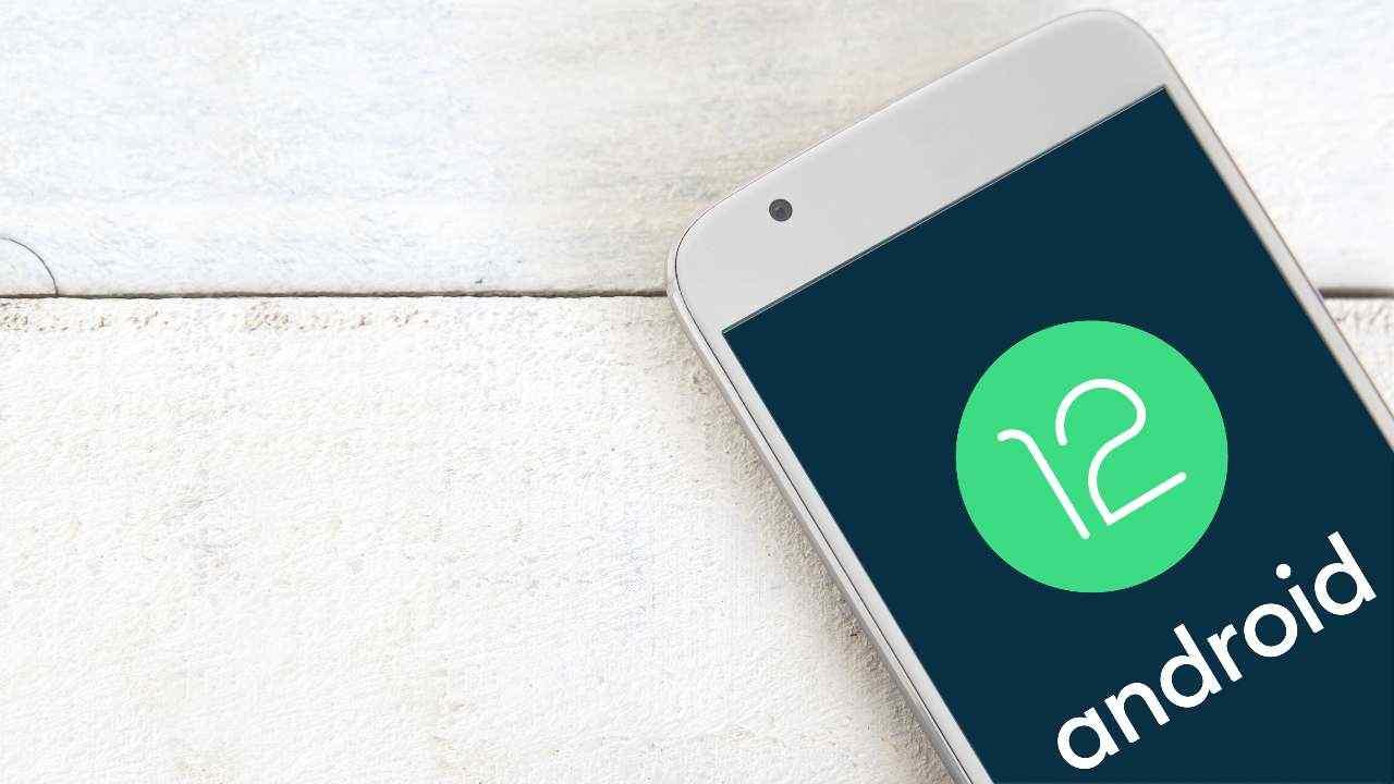 Android 12, un aggiornamento che cambierà volto agli smartphone del Robottino Verde (Adobe Stock)
