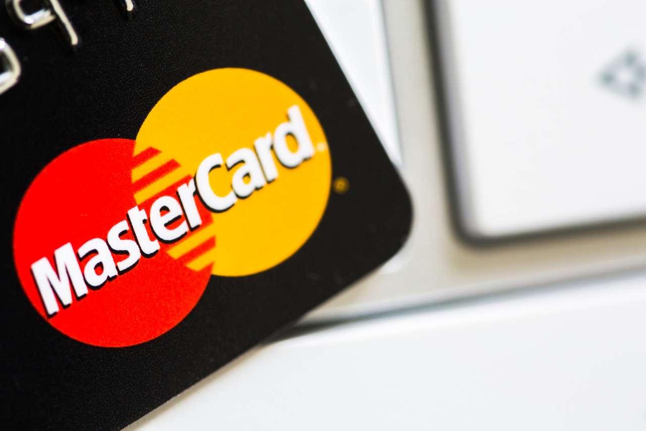 Mastercard elimina la banda magnetica, dal 2033 non esisterà più (Adobe Stock)