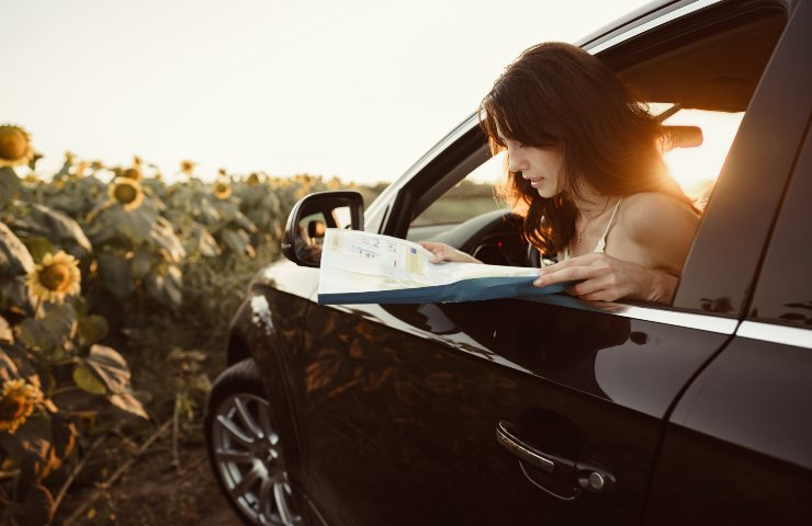 Android Auto Lost girl with a map (Adobe Stock)