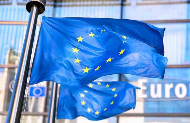 La bandiera dell'Unione Europea sventola di fronte al palazzo della Commissione (Adobe Stock)
