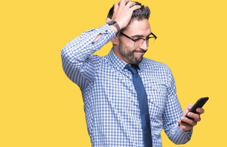 Rincari sulle tariffe degli smartphone (Adobe Stock)