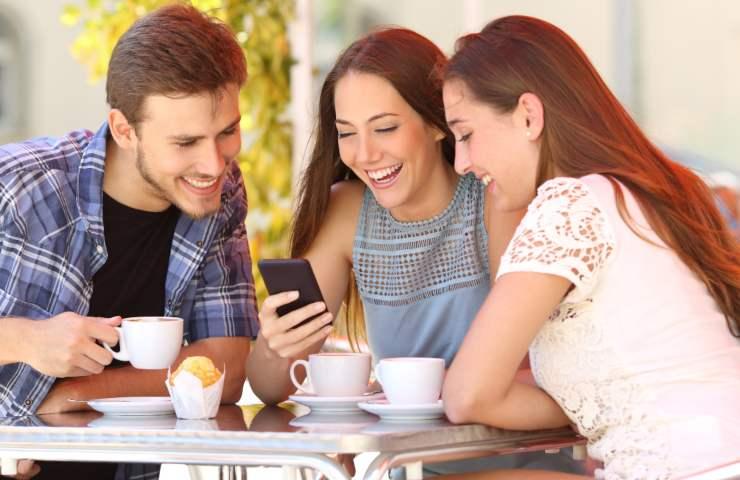 Smartphone connessione dati amici (Adobe Stock)