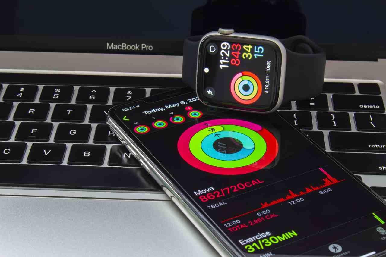 Iphone e Watch, figli della stessa mamma... Apple (Adobe Stock)
